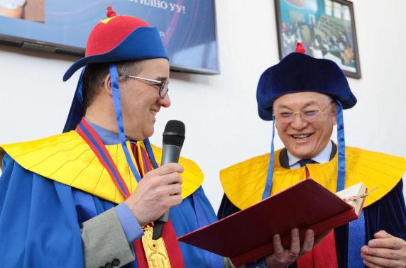Монгол судлалын нэрт эрдэмтэн Кристофер Этвуд МУИС-ийн хүндэт доктор боллоо
