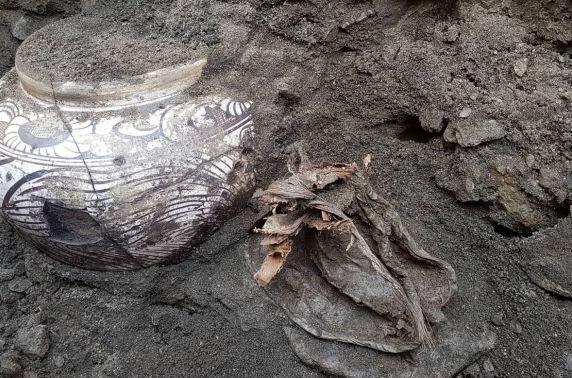 Мөнх цэвдэгт хадгалагдсан гурван ваар дүүрэн өрөм нь дэлхийн археологийн судалгаанд нэн ховор нээлт боллоо