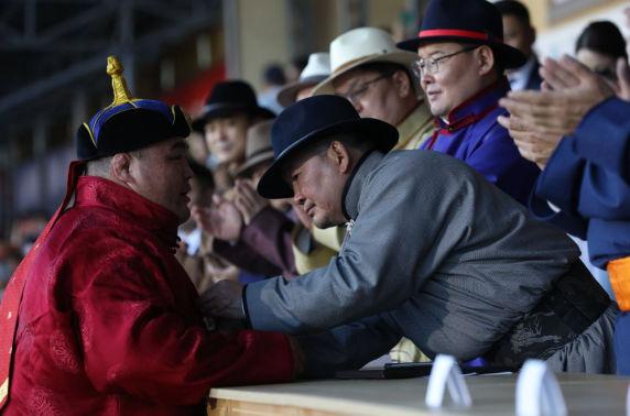 Монгол Улсын Ерөнхийлөгчийн зарлигаар Э.Оюунболдод улсын аварга цол олголоо