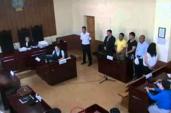 ВИДЕО: Шүүх хуралдааны танхимд хоолойгоо зүсчээ