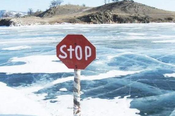 Орхон голын мөсөнд цөмөрсөн автомашиныг гаргажээ