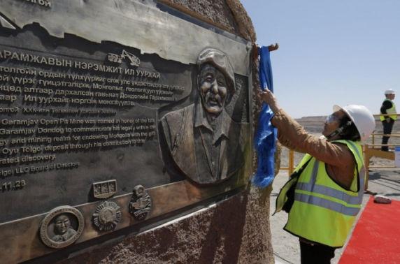 Гавьяат геологич Д.Гарамжав агсанд зориулж хүндэтгэлийн гэрэлт хөшөө босголоо