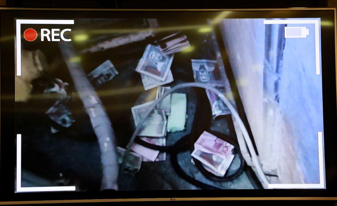 Гаалийн ажилтнууд хахуульд авсан мөнгөө нууж буй бичлэгийг АТГ дэлгэлээ