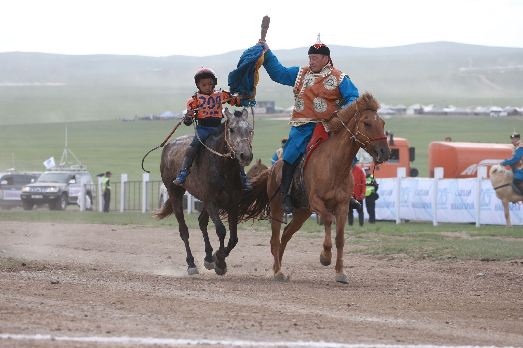 Их нас: Завхан аймгийн Тосонцэнгэл сумын уяач Т.Галбадрахын бор морь түрүүллээ