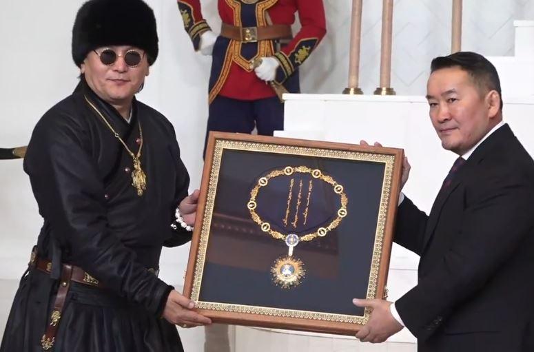 """Чингис хааны одонг """"The Hu"""" хамтлагт хүртээлээ"""