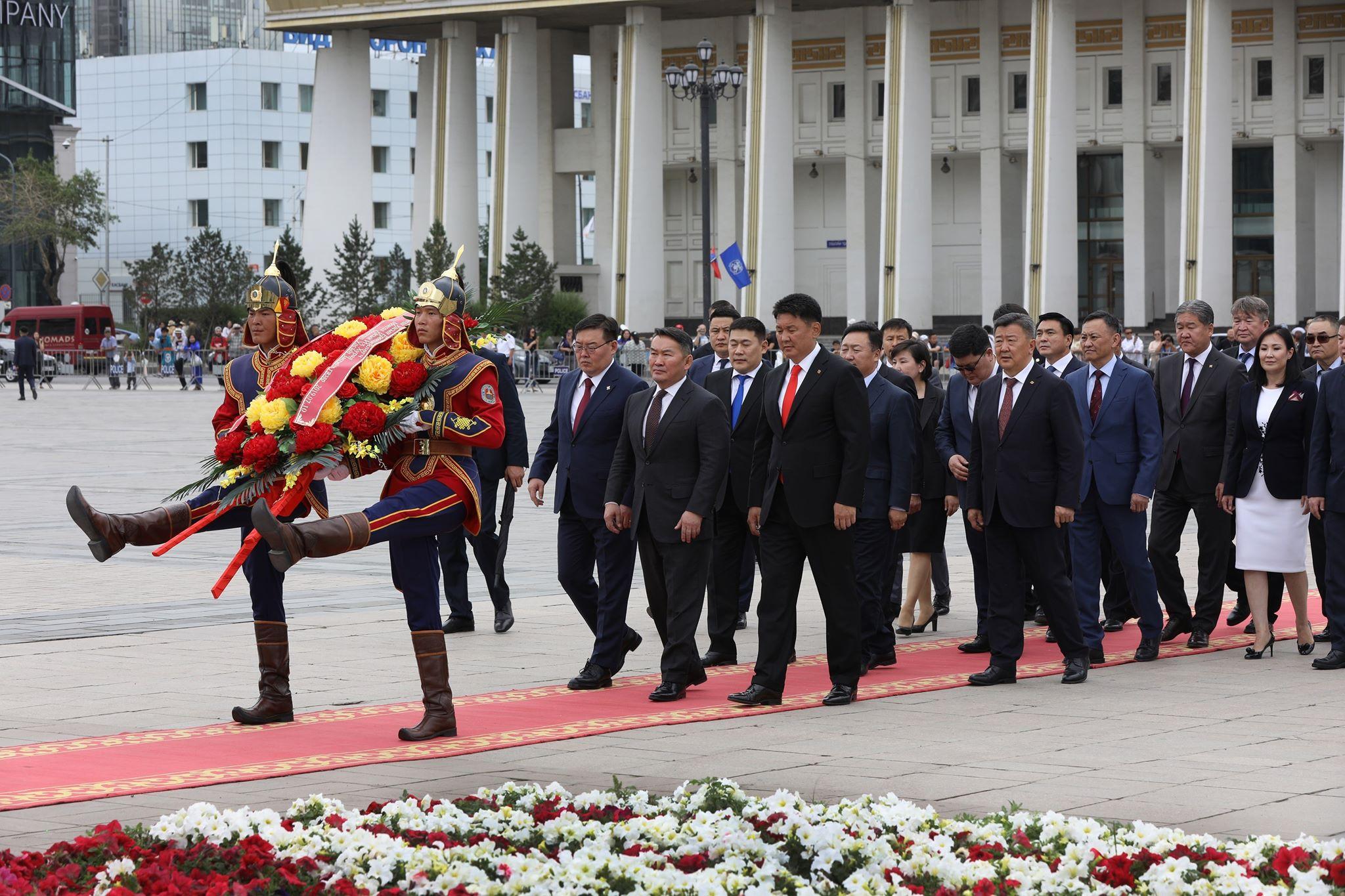 Ерөнхийлөгч жанжин Д.Сүхбаатарын хөшөөнд цэцэг өргөж, Чингис хааны хөшөөнд хүндэтгэл үзүүллээ
